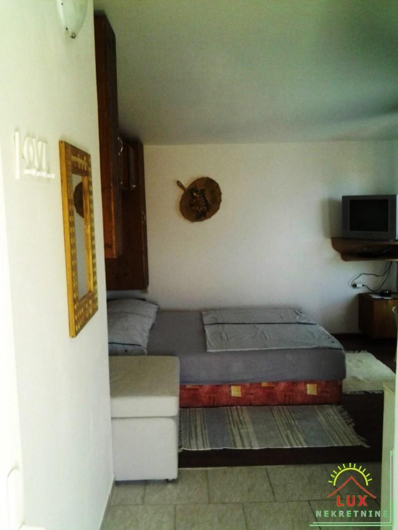 samostojeca-kuca-katnica-pov-220-m2-stan-i-4-apartmana-otok-vir-lucica-16.jpeg