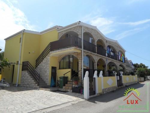 Samostojeća kuća pov. 300 m2 sa 4 apartmana, katnica, otok Vir (Lučica)