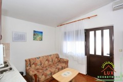 samostojeca-kuca-pov-300-m2-sa-4-apartmana-katnica-otok-vir-lucica-7.jpeg thumbnail