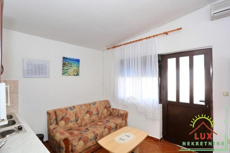 samostojeca-kuca-pov-300-m2-sa-4-apartmana-katnica-otok-vir-lucica-7.jpeg