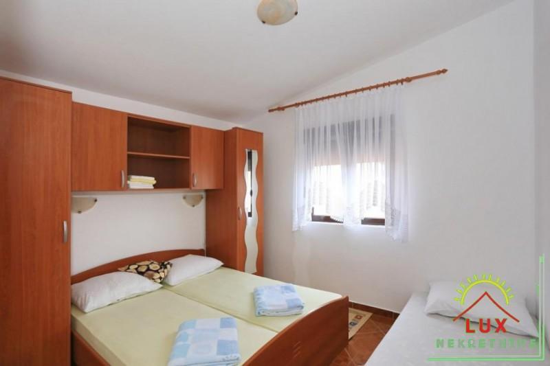 samostojeca-kuca-pov-300-m2-sa-4-apartmana-katnica-otok-vir-lucica-9.jpeg